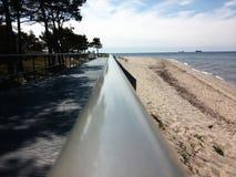 扶手栏杆向海 免版税库存照片