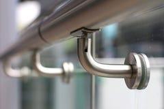 扶手栏杆支持固定与玻璃 免版税库存照片