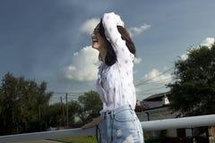 扶手栏杆的女孩 免版税库存照片