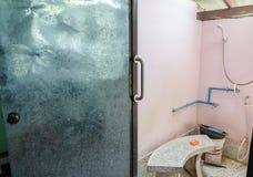 扶手栏杆被设定对卫生间门 库存图片