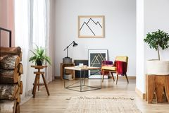 扶手椅子、最低纲领派海报和木柴 库存照片