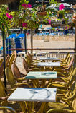 扶手椅子使咖啡馆热午间遮阳伞表靠岸下 免版税库存照片