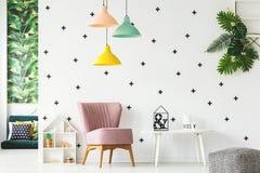 扶手椅子和装饰的墙壁 免版税库存照片