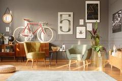 扶手椅子在减速火箭的客厅 图库摄影