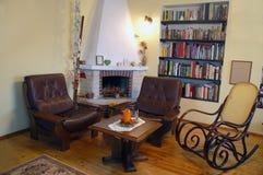 扶手椅子壁炉二 免版税图库摄影
