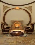 扶手椅子壁炉内部现代最近 免版税图库摄影