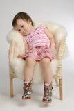 扶手椅子女孩坐的一点 库存照片