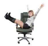 扶手椅子愉快的豪华办公室坐的妇女 免版税库存照片