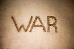 扶手椅子战争 在软的棕色毯子的词战争 文本 库存图片