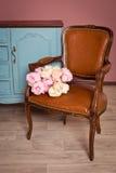扶手椅子棕色皮革葡萄酒 库存照片