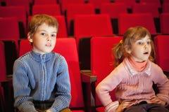 扶手椅子男孩戏院女孩开会 免版税库存图片