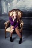 扶手椅子白肤金发的女孩豪华开会 图库摄影