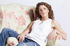 扶手椅子的可爱的妇女 免版税库存图片
