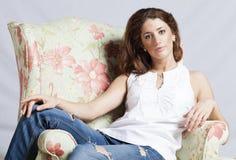 扶手椅子的可爱的妇女 免版税库存照片