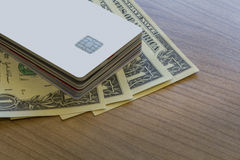 批信用或转账卡在美元笔记 免版税库存照片