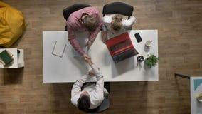 批准工作的两位雇主候选人,采访走开完成的人握手和, topshot,参加  股票录像