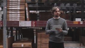批发,后勤,企业、出口和人概念-愉快的人或经理有片剂个人计算机计算机的在仓库 股票视频