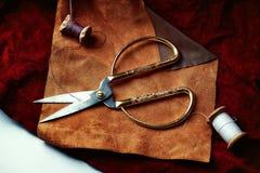批发织品 棕色香草皮革和鞋子辅助部件的构成 免版税库存照片