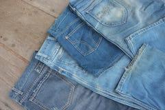 批次不同的蓝色牛仔裤 免版税图库摄影