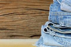 批次不同的蓝色牛仔裤 库存照片