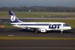 批次波兰航空公司Embraer 170 免版税图库摄影