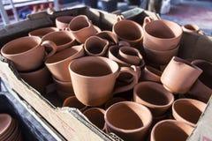 批的特写镜头射击从黏土的传统土耳其咖啡手工制造杯子设计 免版税库存图片