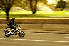 批评加速的摩托车 免版税库存图片