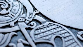 批评在北欧海盗木雕刻 影视素材