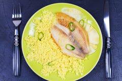 批评在菠萝板条的嫩煎的鱼用蒸丸子 看法从上面,顶面演播室射击 免版税库存图片