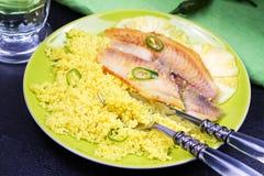 批评在菠萝板条的嫩煎的鱼用蒸丸子 免版税库存照片