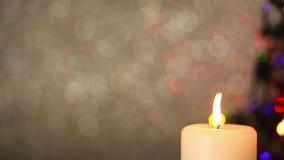 批评在蜡烛和圣诞树光 影视素材