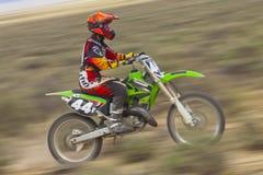 批评女性Dirtbiker 免版税图库摄影