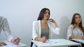 批评正面微笑的男性和女生实践配合并且执行表达能力 影视素材