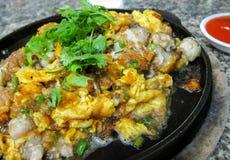批评油煎的牡蛎,中国式热的平底锅油煎的牡蛎 库存图片
