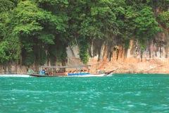 批评甲米府摄影,泰国- 2018年2月3日:旅游小组旅行乘在安达曼海的长尾巴小船 免版税图库摄影