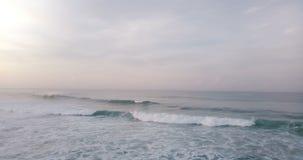 批评的寄生虫左显露在高起泡沫上的史诗日落在美丽的开放海洋挥动 惊人的海景全景 股票视频