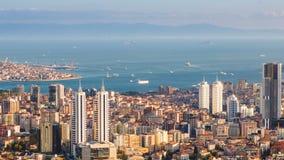 批评Bosphorus和伊斯坦布尔都市风景射击空中timelapse与游人浮动小船和金黄垫铁的 影视素材
