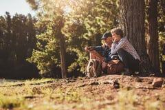 寻找与指南针的微笑的成熟夫妇方向 库存照片