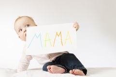 寻找与标志妈妈的滑稽的婴儿孩子海报 拿着大明信片的令人敬畏的小孩男孩为母亲节 免版税库存图片