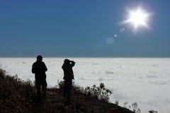 寻找云彩天空和太阳的人们 免版税库存照片