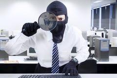 寻找信息1的商人佩带的面具 免版税图库摄影