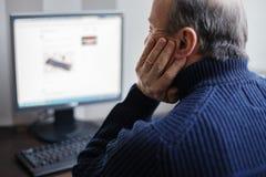 寻找关于互联网的人信息 退休开发co 库存图片