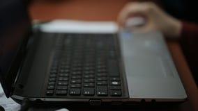 寻找关于互联网的妇女信息通过膝上型计算机键盘和老鼠 股票视频