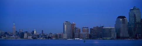 找出世界贸易塔帝国大厦和更低的曼哈顿地平线, NY的全景夜视图  免版税库存图片