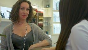 寻找可爱的女性的顾客注视和当前在jewerly商店 影视素材