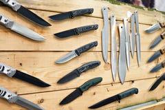 寻找和在木立场的作战刀子在商店 图库摄影