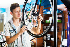 寻找和尝试新的赛跑的自行车的男孩 库存照片