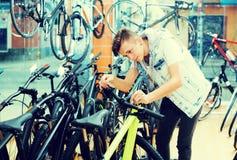 寻找和尝试新的赛跑的自行车的男孩 免版税图库摄影