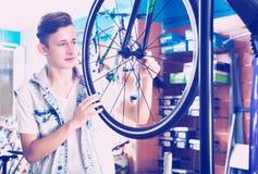 寻找和尝试新的赛跑的自行车的男孩 图库摄影