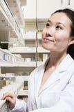 寻找在一个架子的药剂师疗程在药房 库存照片